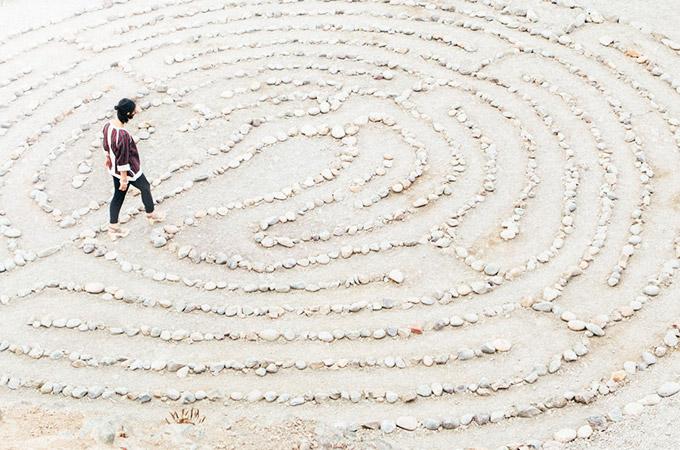 Frau findet die Mitte in einem Labyrinth